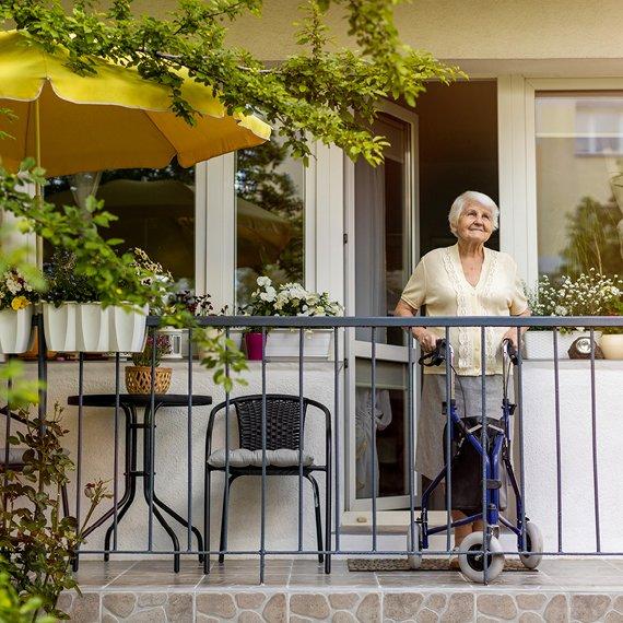 Femme locataire AIS senior sur balcon