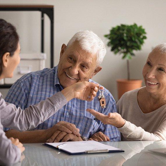 Couple senior locataires recoivent des clés