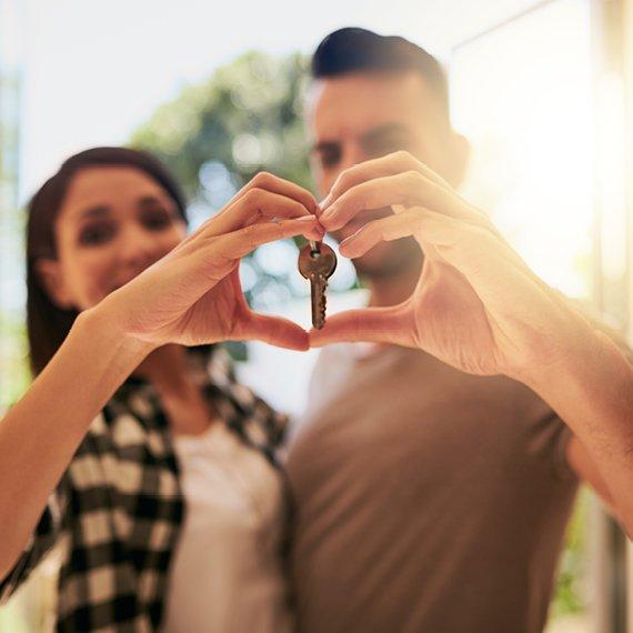 Couple locataires clé logement dans un cœur